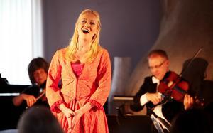 Anna Hanning, bördig från Östersund, kommer att vara sopransolist i Requiemet. Våra körer framför Rutters Requiem tillsammans med en kammarorkester bestående av flera väldigt duktiga lokala musiker.