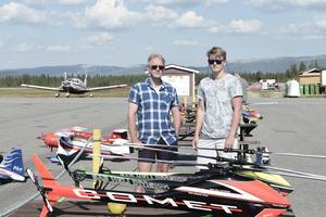Tommy Nilsson och André Almqvist hade med sig flera kärror till modellflygarträffen.
