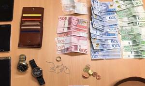När polisen visiterade en av de gripna männen påträffades flera mobiltelefoner, ett par klockar samt en större mängd sedlar. Bild: Polisens förundersökning