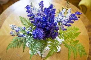 Sommarens sista blommor gör sig fint på bordet i det nyrenoverade läsrummet.