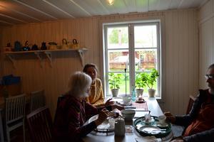 Britt Marie och Elen Forssell tar sig en fika.