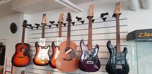 Gitarrer och andra instrument väntar på att få spelas på.