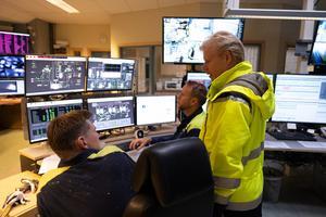 Johan Nellbeck tycker att det ska vara roligt på jobbet. Här med operatörerna Martin Nilsson och Johan Frank. Foto: Philippe Rendu