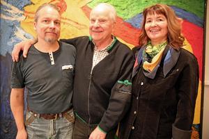 Pecka och Ingrid Ronkainen och Curt Aspelin, i mitten, som jobbat med utställningen.