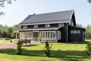 Nybyggd och rymlig villa nära Orsasjön. Spännande arkitektur med ljus öppen planlösning. Entrén går via en stor glasveranda med morgonsol i Carl Larsson stil. Foto: Husfoto Andreas Timfeldt.
