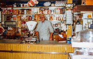 I drygt 50 år drev Erik Johansson affär i Åbo. Här fanns allt från socker och mjöl till spik och hästskor.