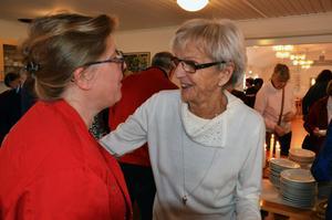 Anna-Märta Teike och Lena Svahn vid grötbordet.