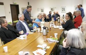 Samtalet kring bordet blev under kvällen livligt. Moderator Martin Sjöberg serverar dryck till gästerna.