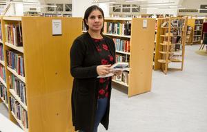 Nida Rind jobbar i vanliga fall på simhallen i Färila. Under tiden den renoveras finns hon på biblioteket samt fritidsgården i Kläppa,
