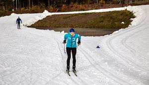 När DT kollade in skidpremiären på lördagens eftermiddag var det tiotalet igång i den vita slingan. Alla män, förutom den snabbaste som var kvinna.