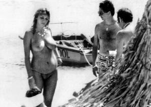 Dimitra Liani Papandreou , dåvarande grekiska premiärministerns hustru, badade toppless. Året var 1989, men fortfarande kan bilden uppröra. Det väcker känslor, kvinnors klädsel, eller avsaknad av detsamma.
