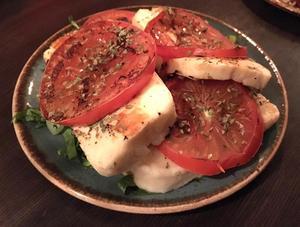 halloumi med tomat strösslat med oregano.