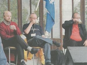 Slurp. Stig Henriksson (V), Ralph Lédel (M) och Bengt Lindgren (S) tar en kopp i väntan på sin tur i debatten i september 2006.