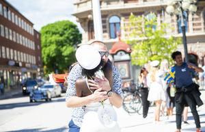 En lång kram får hon av pappa Johan Tallberg.