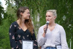 Alexandra Edebo (till vänster) och Fanny Axelsson fick varsitt diplom och stipendium. Foto: FM Mattsson