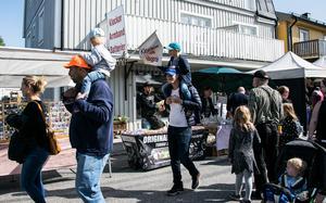 Junsele marknad lockade dit många barnfamiljer.