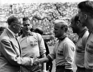 Kung Gustaf VI Adolf hälsar på fotbollsspelaren