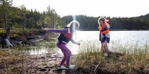 Att leka nära vatten är kul. Men man bör ha flytväst och någon vuxen med sig, som håller uppsikt.