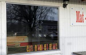 Önskas senap och ketchup? Många i Pålsboda med omnejd kommer sannolikt sakna sin kiosk. Efter branden har den stått sorgligt övergiven.  Spel och ATG har dock tagits över av bensinmacken OKQ8 vid norra infarten.