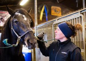 Hanna Edvinsson tycker att det är bra att även hästskötare uppmärksammas för sitt jobb.