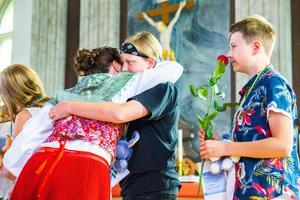 Amadeus Ed fick en kram av läraren Sarah Wedin. Tillsammans med Arvid Linzie (till höger) går han ut sjätte klass.