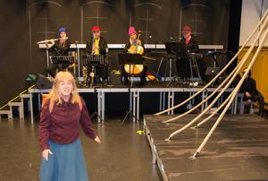 Musikerna Madeleine Johansson, Jan Levander, Alla Wallgren och Jakob Ellerstedt spelar men agerar också skolelever.