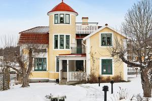 7baae0c39bcf I centrala Kungsör ligger ett 1800-talshus som lockat många klick på Hemnet.  Foto