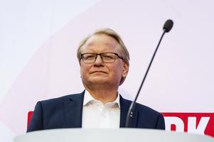 Försvarsminister Peter Hultqvist (S) från Dalarna har inte stängt dörren för en regementsetablering i Falun.