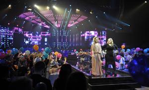 Programledarna Gina Dirawi och Sarah Dawn Finer på scen i Tegera Arena i Leksand på lördagen under deltävling tre i Melodifestivalen 2012. (Foto: Jessica Gow/TT)
