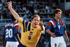 Mittbacken Jan Eriksson nickade in två mål i EM 1992. På bilden 1-0 mot Frankrike i en match som slutade 1-1, men ännu viktigare var kanske kvitteringen i den avgörande gruppmatchen mot England. Foto: Krister Nordin