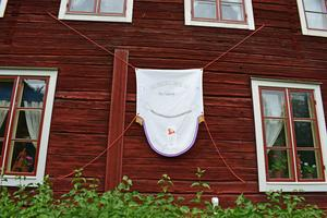"""Sara Erkers broderi på väggen till Stora Hyttnäs – """"Vändstående sidoböjning/manifesto for the bourgeoisie""""."""