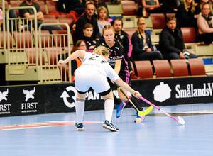 Patricia Forsell och hennes lagkamrater i IBF Falun var inte i närheten av att kunna rubba Örnsköldsvik i den första kvalmatchen.