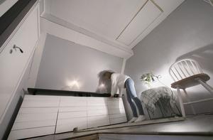 I hallen på övervåningen finns platsbyggd förvaring.