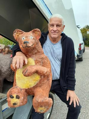 Christer Swallinger visar upp en av sina figurer, en björn.