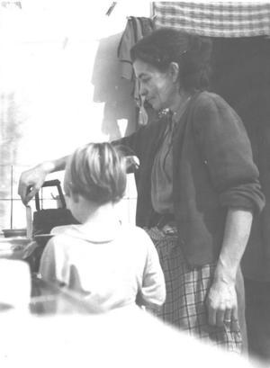 Margaretha och mamma Märta steker pannkakor. Foto: Privat