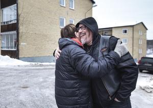 Under en promenad i sina gamla kvarter stöter Anders på sin kusin, som han inte sett på länge. Det blir en kram.