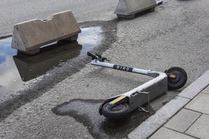 Elsparkcyklar på trottoarer är ett stort, och i vissa fall, direkt farligt problem. Foto: Gustaf Månsson / SvD / TT