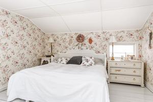 Romantiska tapeter i lantlig stil i stora sovrummet. Bild: Bjurfors