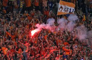 Apoels ultras klär sig i orange och kallas för PAN.SY.FI. Foto: AP Photo/Petros Karadjias