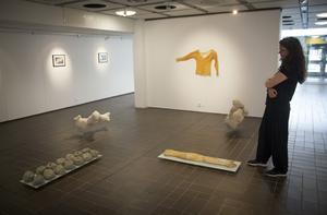 Anna-Karin Lundmark i trean har gjort en lång rad konstverk utifrån två ärvda och älskade tröjor. På väggen en avgjutning av textilen, i latex. På golvet avgjutningar i betong.