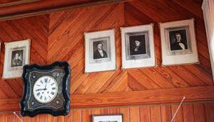 Bilder av familjen Göranssons ursprungliga medlemmar pryder väggarna i huset.
