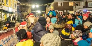 Tomten och hans nissar hade mycket att göra på julskyltningen i Sveg.