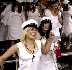 2005. Efter studentsången sprang alla studenter på Kopparlundsgymnasiet glada till sina anhöriga och vänner.  Foto: Kenneth Hudd/VLT:s arkiv