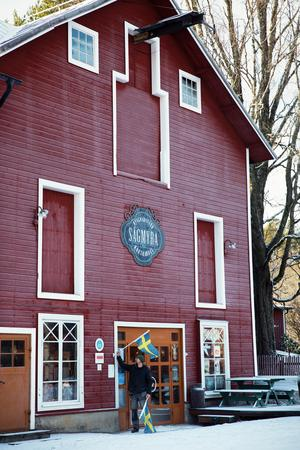 Byggnaden är en av de äldsta vid Sågmyra handelscentrum. Lokalen har används till allt från inlämning av lump till däckverkstad.