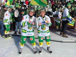 Sofie och Vilma Josefsson firar efter SM-guldet.