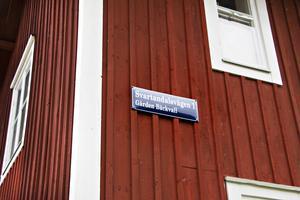 Emaljskylten är alldeles ny – men gården Bäckvall har anor ändå till början av 1700-talet. Hur gammalt det nuvarande huset vet man dock inte riktigt. Det var troligen i mitten på 1940-talet som den byggdes om till två lägenheter, men timmerstommen är äldre än så.