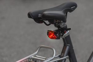En baklykta med rött ljus krävs på cykeln.