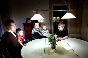 FAMILJ. Mats och Catarina Westin och barnen Axel, 10, och Viggo, 4, testade att ha stegräknare på sig i en vecka. Lillebror heter Love och är 2 år.