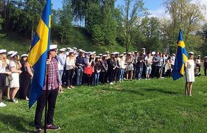 Med svenska flaggan i täten tågade avgångseleverna vid Ådalsskolan från skolan till Kramforsån där det var dags för – mösspåtagning.
