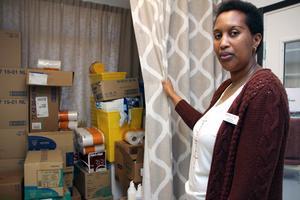 Jaqueline Nobera är undersköterska och gruppledare. Hon visar tillfälliga förråd som blivit följden när det stora hissförrådet inte fungerar.